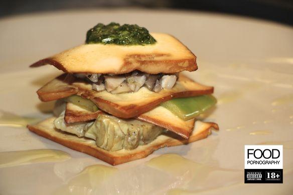 Millefoglie di tofu affumicato, carciofi, shitake, taccole e coriandolo