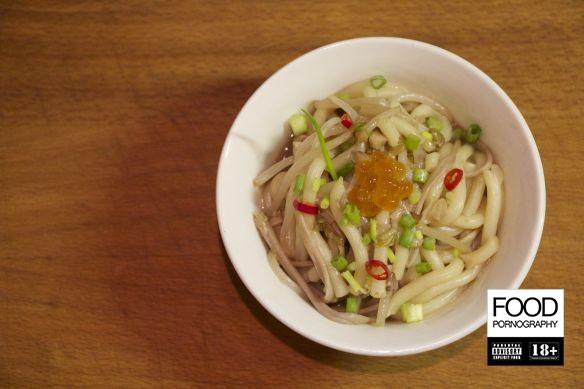 Udon alici, enoki, germogli di soia ed ikura