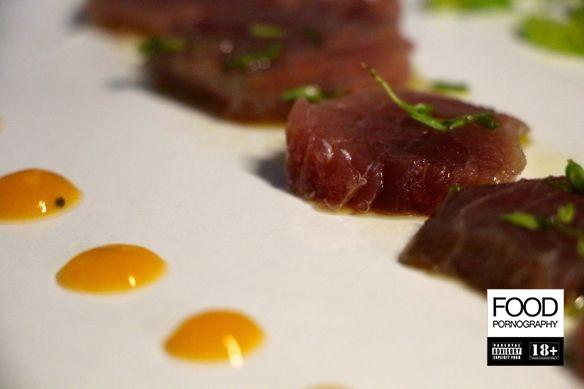 sashimi di tonno al tartufo e timo, salsa di albicocche e insalata di cavolo, sedano e basilico